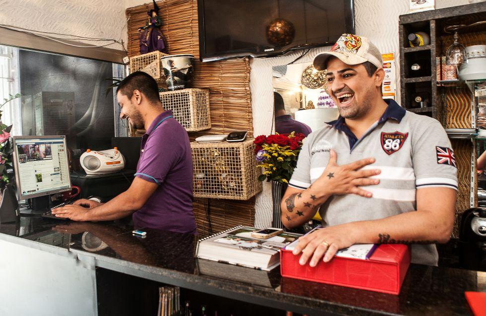 Eder Camargo e o marido Jonas no salão que abriram em Heliópolis. Parte das clientes conheceu seus serviços através do Facebook.