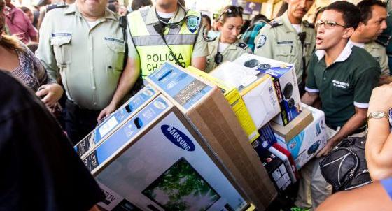 Cidadãos de Caracas compram eletrodomésticos há duas semanas.
