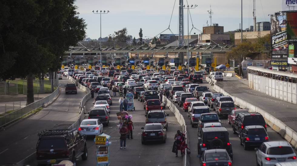 Carros esperando para entrar nos EUA na cidade de Tijuana.