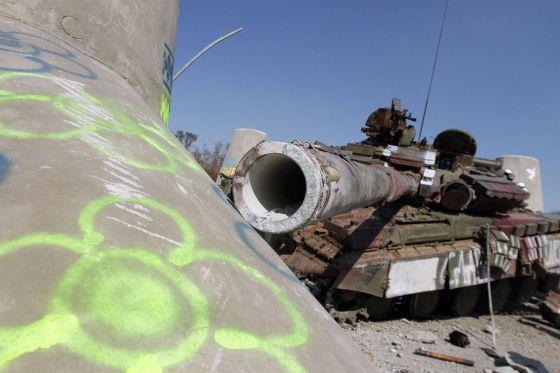 Um tanque destruído na periferia de Maiupol.
