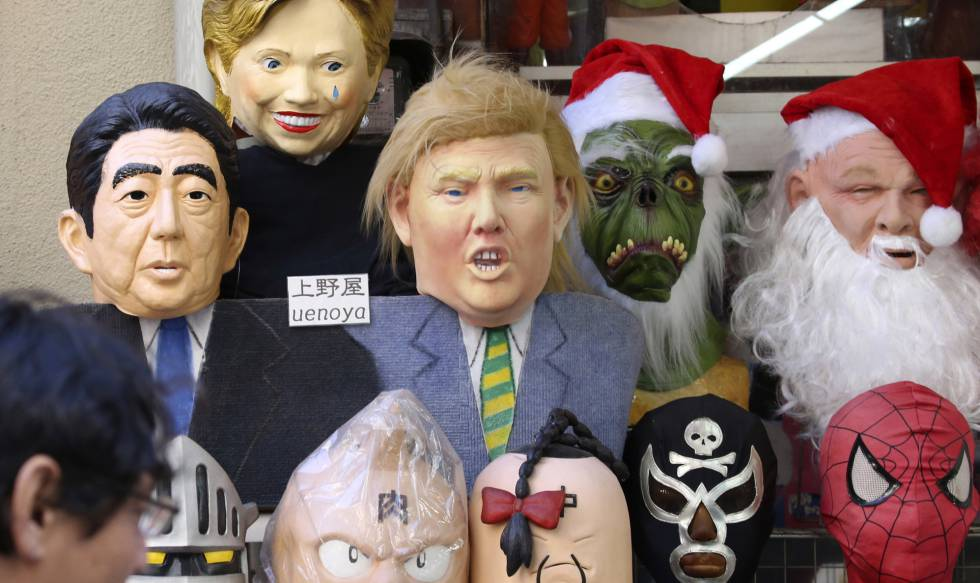 Máscara de Trump é vendida junto a outras personalidades em Tóquio.