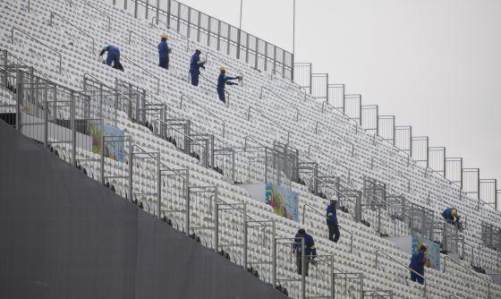 Funcionários fazem últimos ajustes no Itaquerão.