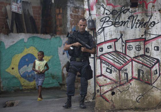 Policial no Complexo do Alemão.