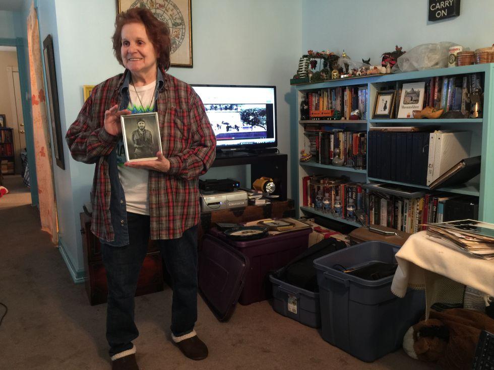 Marita Lorenz, em seu apartamento em Baltimore, com uma foto do Comandante.
