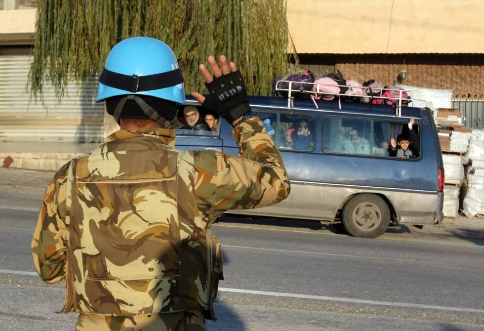 Soldado da Unifil cumprimenta ônibus escolar em Adaisseh, sul do Líbano, em dezembro.