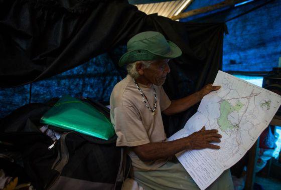 O cacique Ari Martins mostra a delimitação da terra.