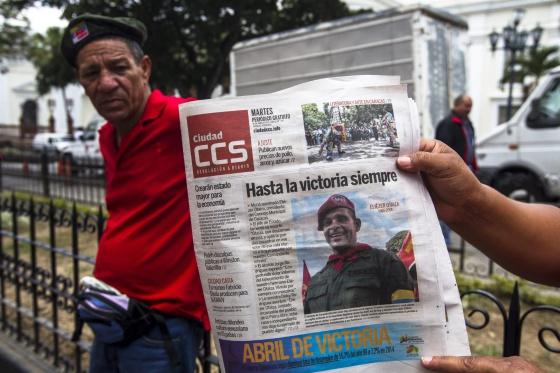 A capa de um jornal de hoje no quarteirão da Assembleia Nacional de Caracas.