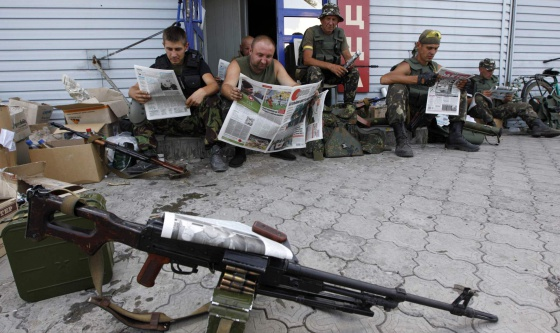 Soldados ucranianos em um posto de controle na cidade de Debaltseve, perto de Donetsk.