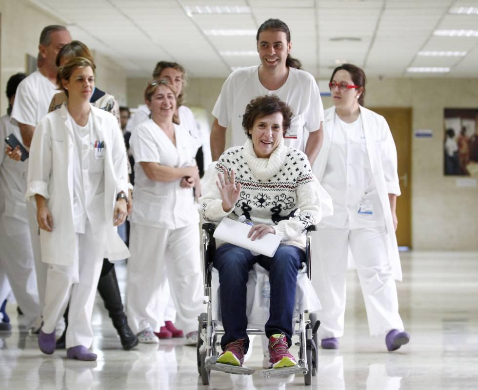 A auxiliar de enfermagem Teresa Romero após receber alta no Hospital Carlos III, em Madri.