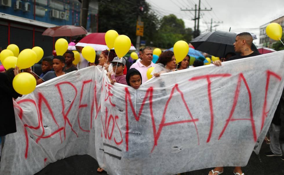 Moradores do Complexo do Alemão protestam durante o cortejo do corpo da menina Ágatha Félix, 8 anos, neste domingo. Na faixa, o protesto: