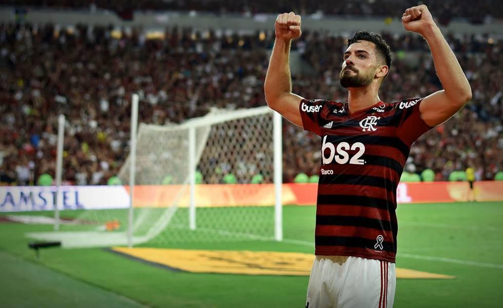 Pablo Marí comemora a vitória do Flamengo sobre o Grêmio, na semifinal da Libertadores.