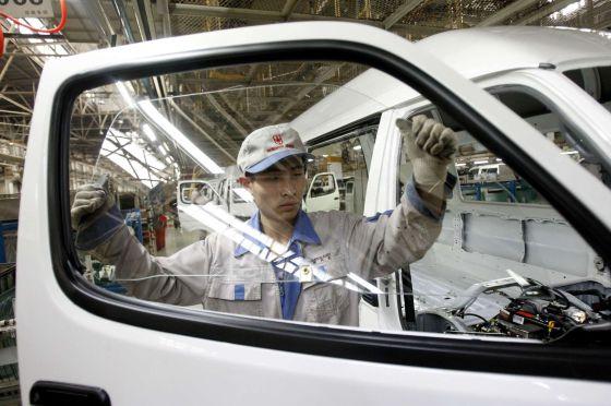 Trabalhador em montadora de Shenyang, na China.