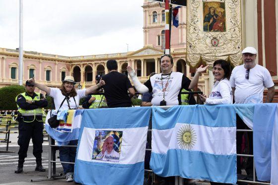 Católicos argentinos esperam o Papa em Assunção (Paraguai).