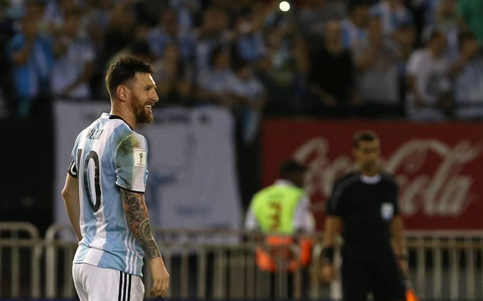 Lionel Messi sorri depois de marcar o único gol da partida.