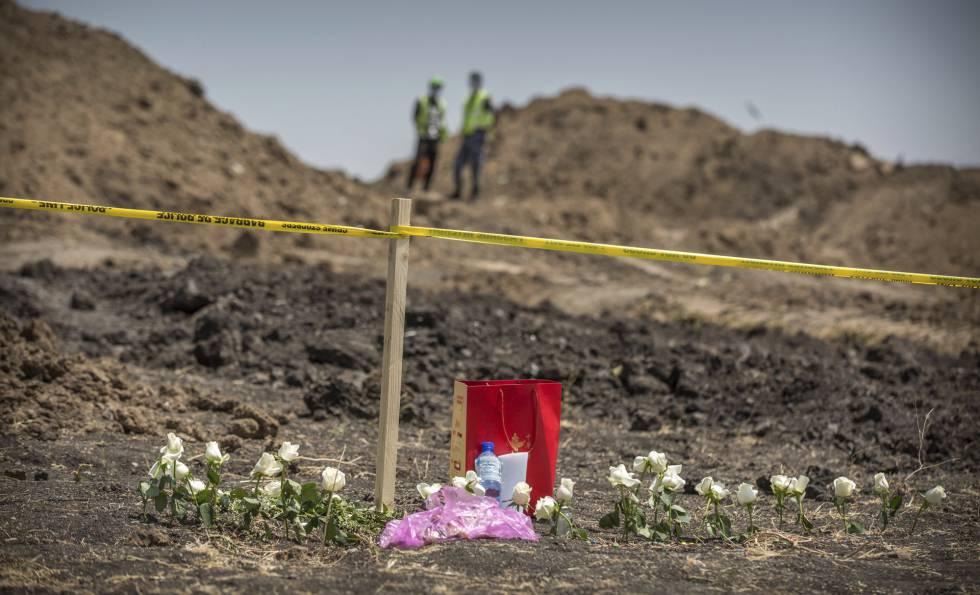 Flores depositadas junto aos restos do avião acidentado perto de Bishoftu.