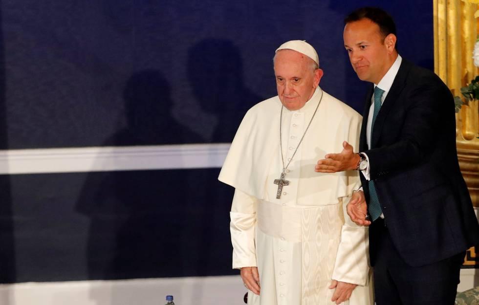 O Papa, acompanhado pelo primeiro-ministro Leo Varadkar, em sua chegada a Dublin neste sábado.