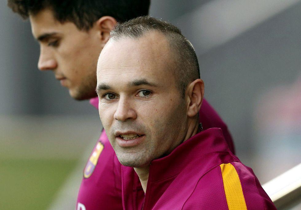Andrés Iniesta (à direita), durante um treino com o Barcelona.