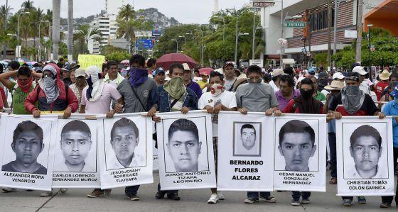 Estudantes protestam em Acapulco pelos 43 desaparecidos.