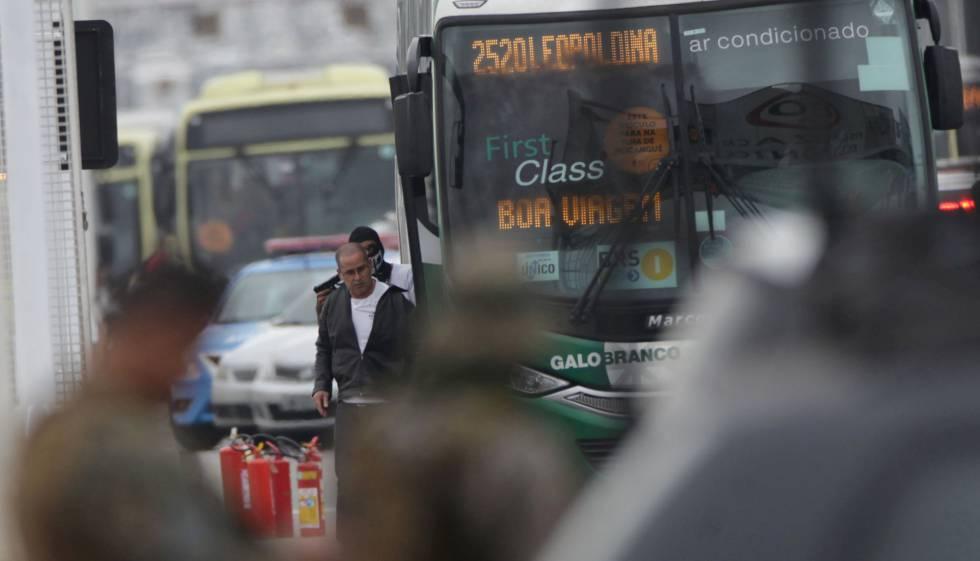 Sequestrador que manteve passageiros reféns em ônibus na ponrte Rio-Niterói aponta para uma das vítimas, nesta terça-feira.