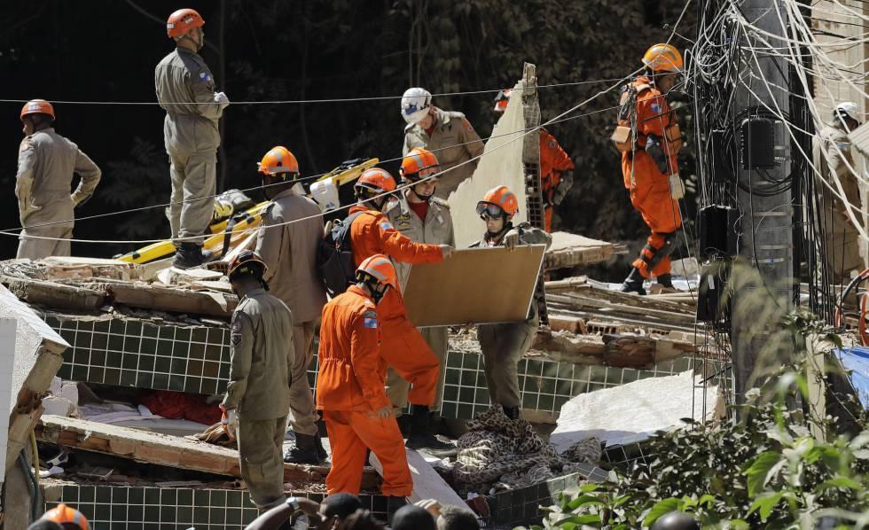 Bombeiros buscam sobreviventes nos escombros de dois prédios que desmoronaram no bairro de Muzema, no Rio de Janeiro, no dia 12 de abril de 2019.