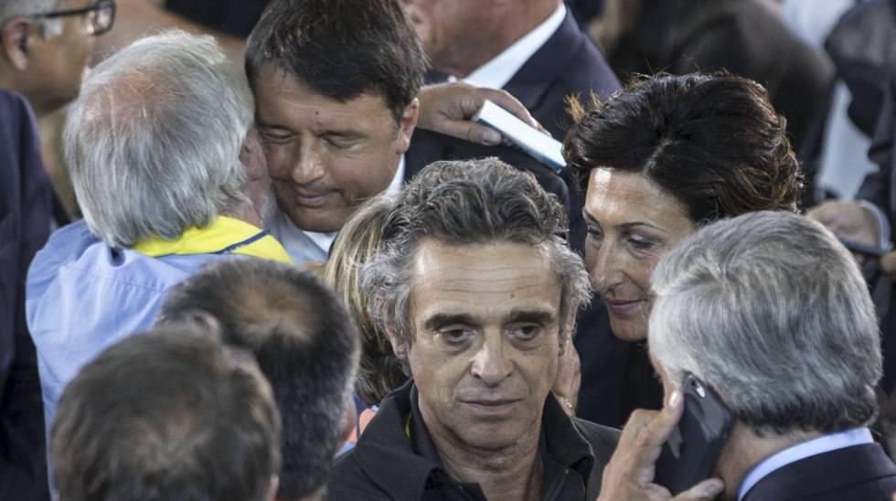 O primeiro-ministro italiano, Matteo Renzi, abraça um dos presentes ao funeral, em Ascoli Piceno.