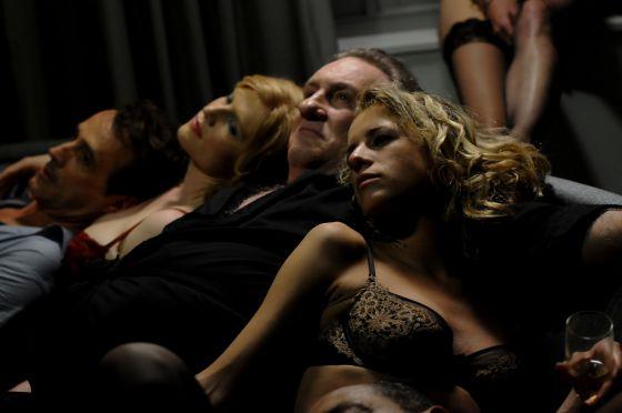 Cena de 'Welcome to New York', com Gerard Depardieu.