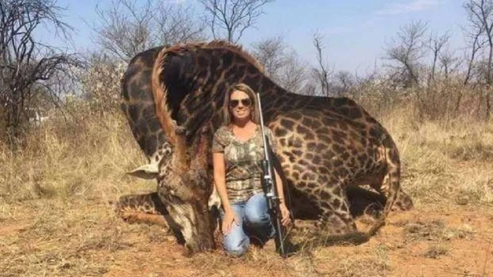 Uma das imagens da caçadora norte-americana publicadas na conta de Twitter do Africa Digest.