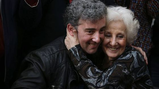 Estela de Carlotto abraça seu neto em 8 de agosto.