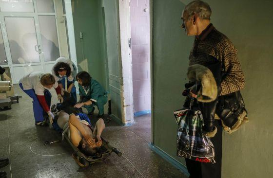 Homem é atendido em hospital de Artemivsk, Ucrânia.