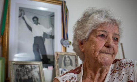 Ilda Martins da Silva, diante de uma foto do marido Vírgilio tirada no dia em que ele ganhou o concurso de mais resistente dançarino.