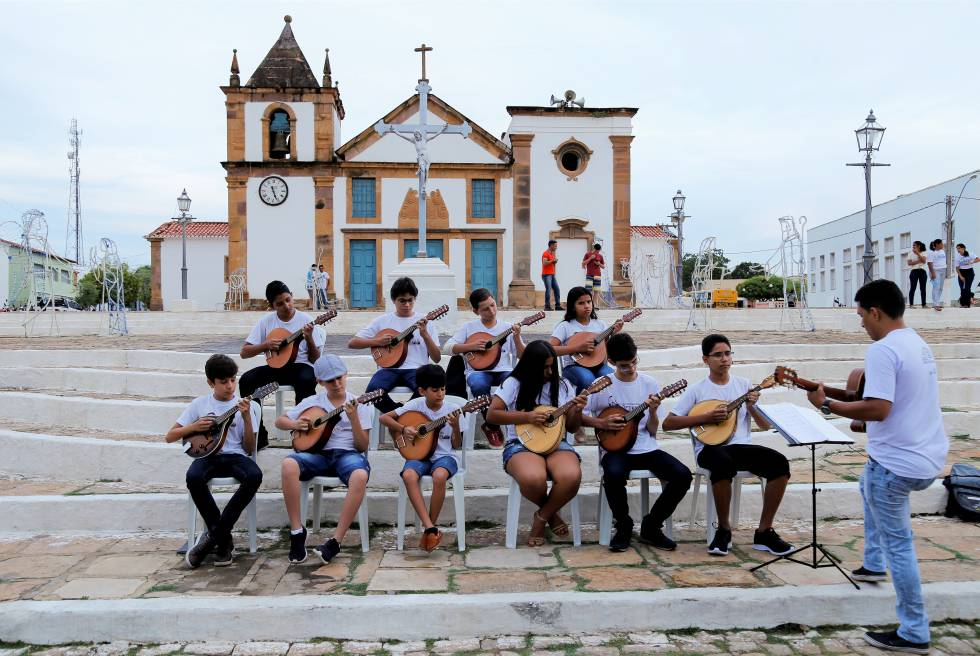 Estudantes do curso de bandolim se apresentam em frente a Igreja Matriz, em Oeiras.