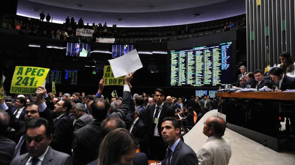 Votação em primeiro turno da PEC 241 no plenário da Câmara dos Deputados, em  agosto.