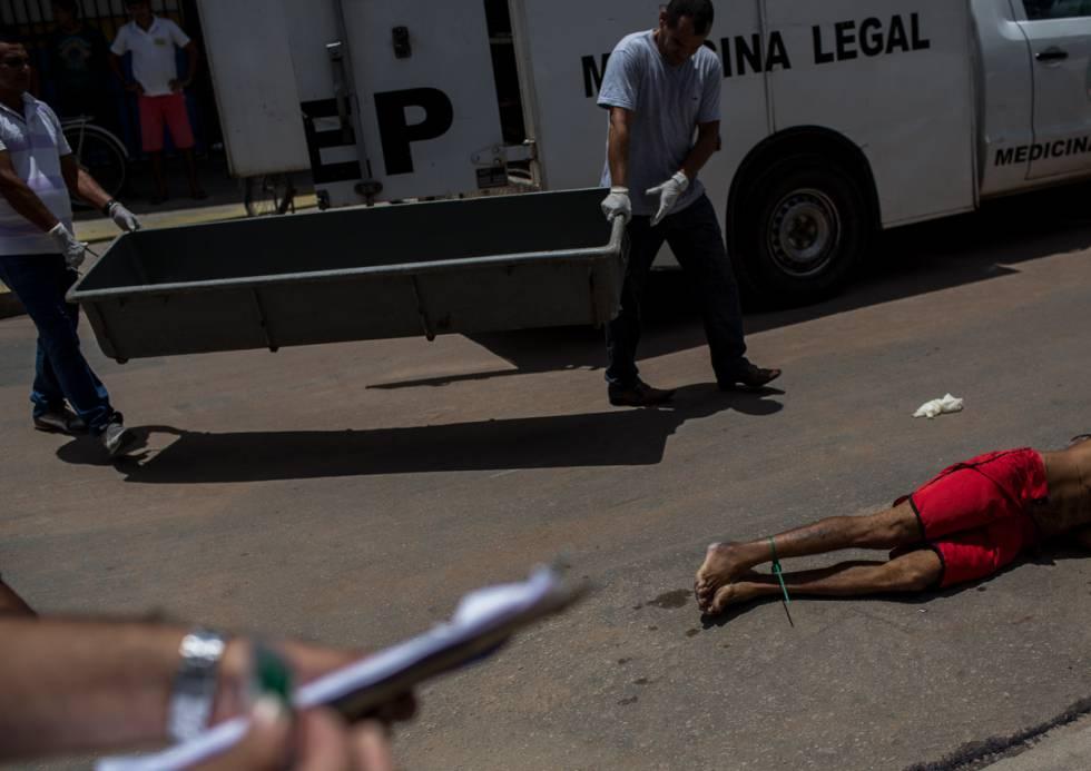 Peritos chegam para recolher o corpo de Lúcio, morto às 8h de um sábado em Natal.