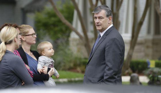 Prefeito de Dallas, Mike Rawlings, conversa com vizinhos da funcionária.