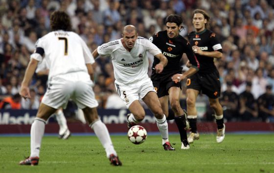 Zidane joga contra a Roma na Champions de 2004.