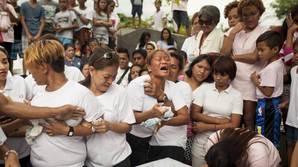 María Morena chora a morte de seu filho, Jerold, de 34 anos, assassinado a tiros na porta de sua casa.