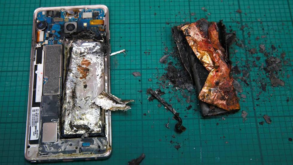 Um Galaxy Note 7 que pegou fogo durante testes no laboratório da Samsung em Cingapura.