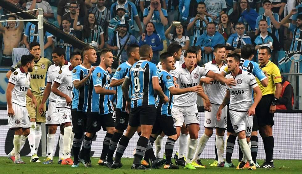 Discussão entre jogadores do Lanús e do Grêmio no jogo de ida.