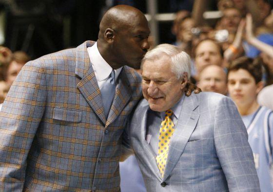 Michael Jordan beija seu mentor, Dean Smith, durante uma homenagem ao técnico, em 2007.