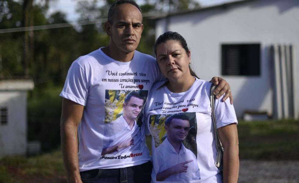 Andreza Rodrigues, ao lado do marido Marcos. Eles enterraram o filho único, Bruno, funcionário da Vale, no dia 7 de maio.
