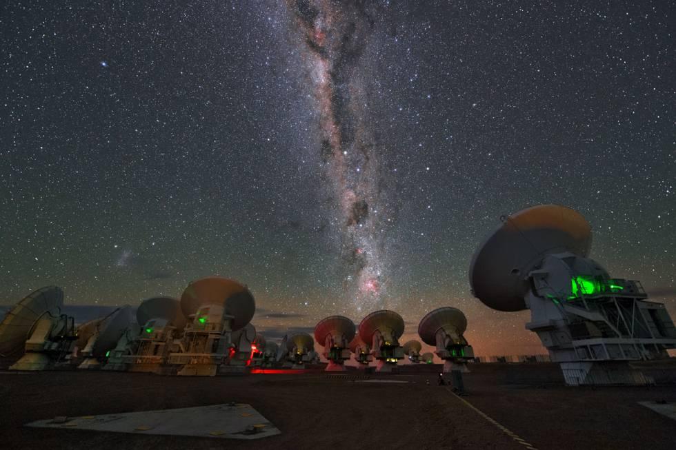 As antenas do telescópio ALMA, no Chile, um dos que foram usados para captar a fusão das duas estrelas de nêutrons.