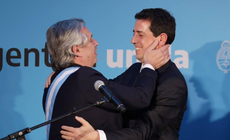 Alberto Fernández (esq.) abraça Eduardo de Pedro na posse do novo ministério.