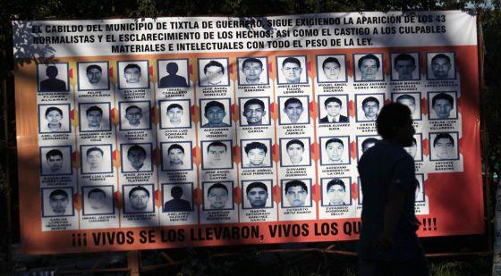 Manta com fotos dos 43 estudantes desaparecidos em Iguala.
