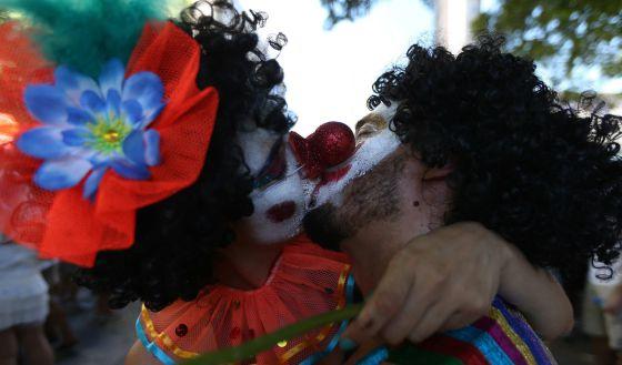 Casal se beija no bloco Cordão do Boitatá, semana passada no Rio de Janeiro