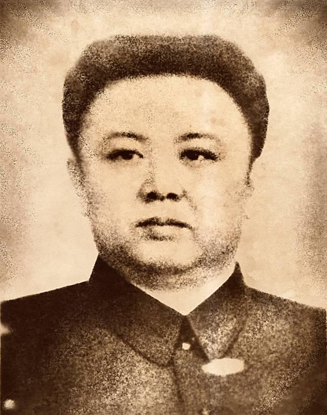 """No dia em que nasceu o líder supremo da Coreia do Norte, Kim Jong Il, em fevereiro de 1942, uma estrela brilhante cruzou o céu e o inverno se transformou em verão. Este grande evento, que poderia ser a letra de uma canção, é o fabuloso relato """"que é contado às crianças nas escolas para adorar como um deus"""" o homem que governou a Coreia do Norte entre 1994 e 2011, diz a fotógrafa canadense Nathalie Daoust (Montreal, 1977). O projeto mais recente desta fotógrafa, que está exposição no Circulo de Bellas Artes em Madri até 28 de janeiro de 2018, são 25 fotos, várias de grande formato, que tirou com sua câmera analógica como turista em Pyongyang, algumas escondidas graças a um cabo disparador camuflado em um braço"""