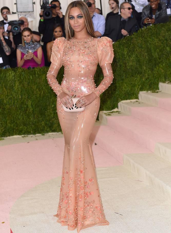 Beyoncé chegou à gala benéfica do Anna Wintour Costume Institute, no Museu Metropolitano de Nova York, luzindo um vestido de látex e sem seu marido, Jay-Z. Uma ausência que voltou a dar o que falar, após semanas de rumores sobre supostas infidelidades do rapero, em função do novo disco da cantora.