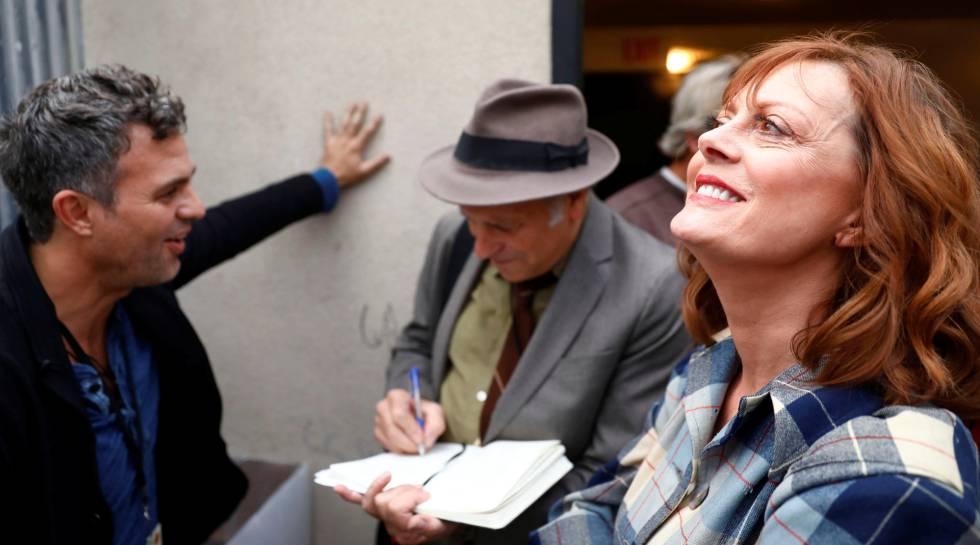 Susan Sarandon acompanhada de outros atores.