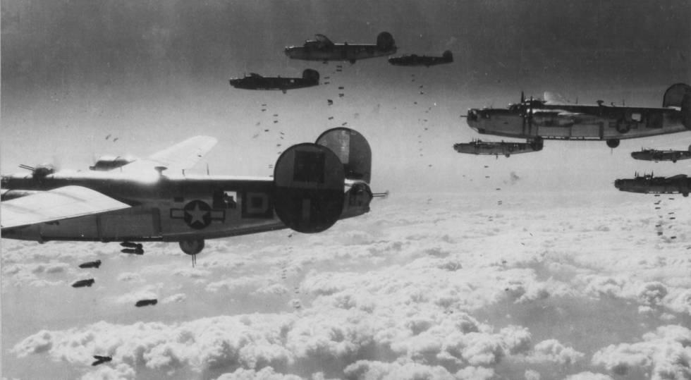 Esquadrão de bombardeiros dos EUA, durante um ataque estratégico sobre a Alemanha.