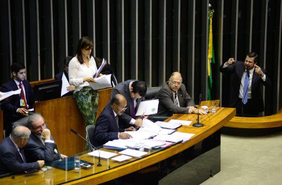 Sampaio discursa enquanto Cunha conversa, no dia 11.