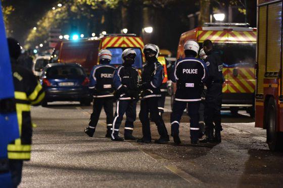 Cordão policial em área onde homem fez reféns em Roubaix.
